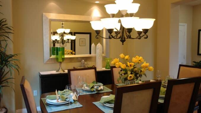 Esstisch mit großem Leuchter